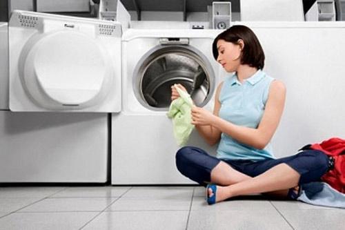 Máy giặt cửa trước tiện lợi hơn khi sử dụng.