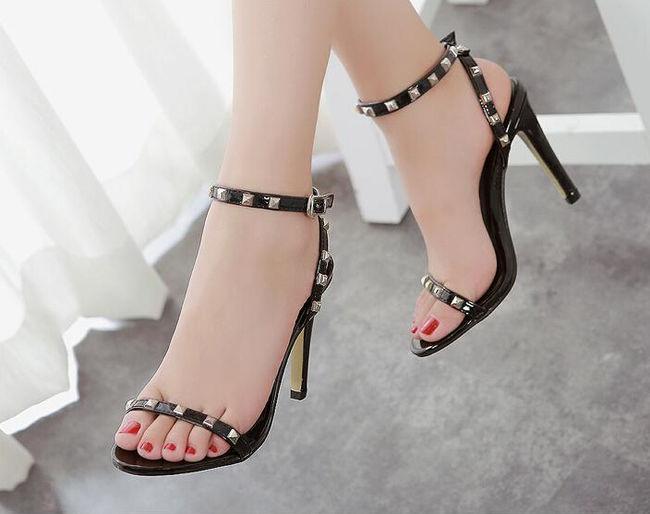 Những đôi sandal cao gót tôn lên dáng vóc và giúp mỗi bước đi của bạn gái thêm uyển chuyển.