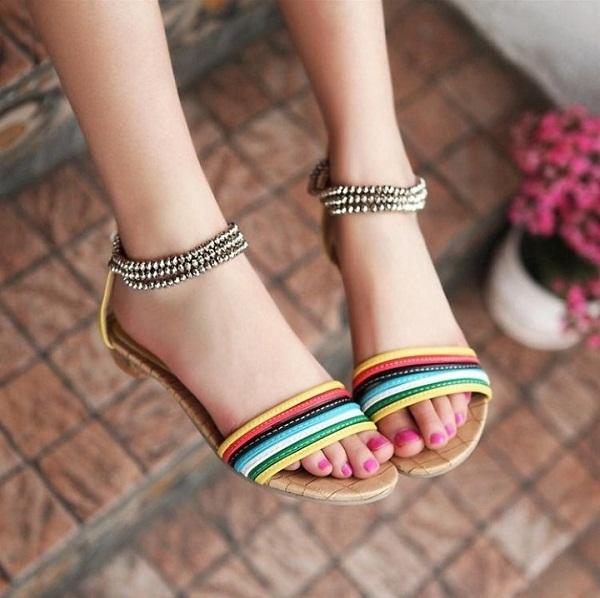 Sandal quai ngang bản to giúp bạn không bị lộn khuyết điểm ngón chân dài
