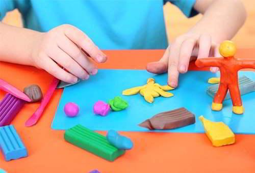 Đất nặn cũng là đồ chơi giúp bé thông minh hơn