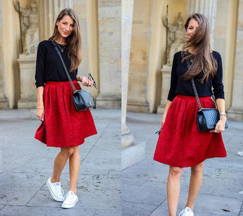 Váy đỏ và sneaker trắng